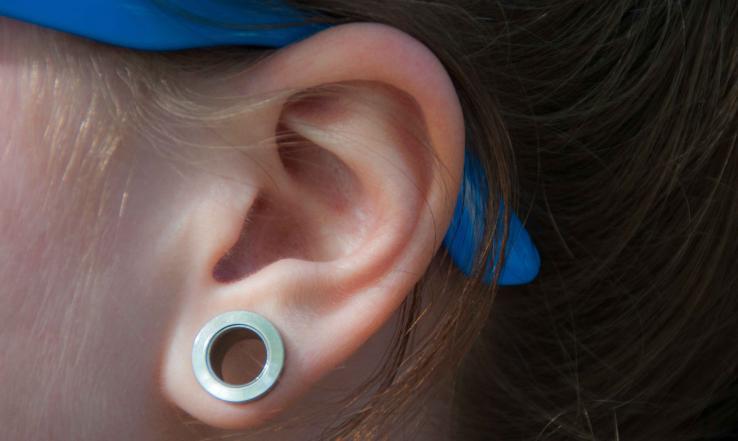 Comment bien porter un piercing écarteur d'oreille?